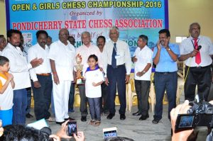 shefali-of-karnataka-receives-trophy-from-sri-v-hariharan-secretary-aicf