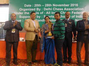 winner-mitrabha-gupa-receiving-trophy-from-ms-manjushree-roy-administrator-igi