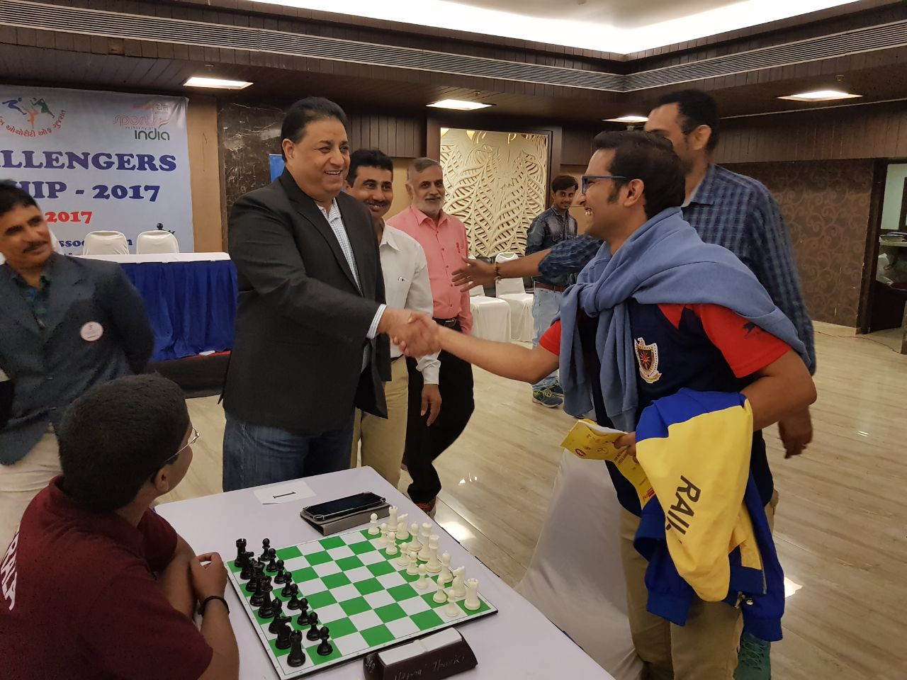 aicf-secretary-bharat-singh-shaking-hand-with-swapnil-dhopade-before-the-eighth-round-match