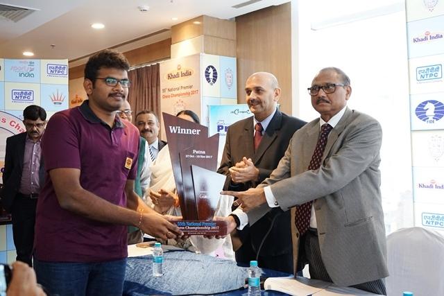 Lalith Babu receiving the Champion's trophy from Sri. AK Tripathi, Honourable Judge, Patna High Court