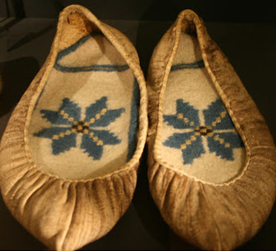 Skin shoes and knitted shoe inserts from Iceland