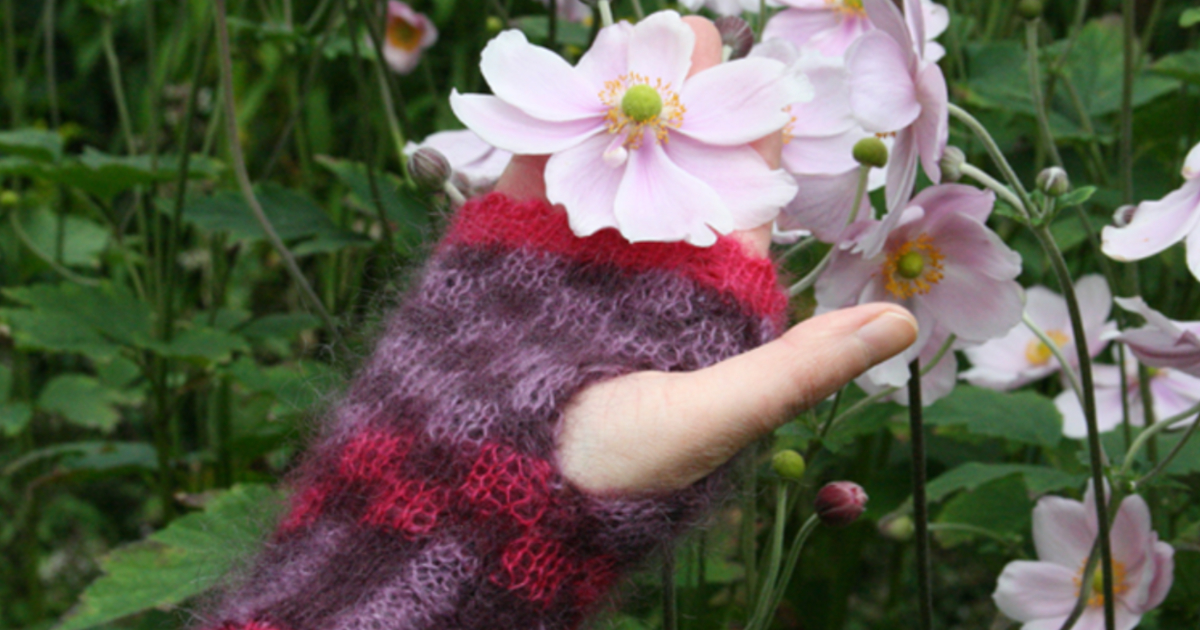 Anemone fingerless mittens – a gorgeous new pattern