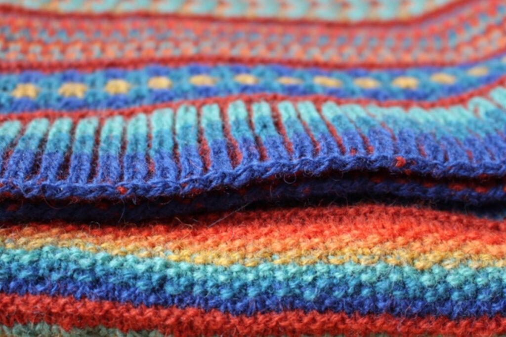 Detail of stitch patterns and brioche stitch border of Painterly shawl
