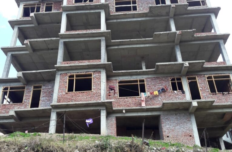 3 Bhk Flat for sale in Kanlog Shimla Himachal Pradesh —– Drive in with Covered Parking —— Covered area – 1200 Sq ft —— Only 400 Mtrs From By Pass  —- Possession with in 3 Months —–  Sunny & Beautiful View —– Price – 72 Lakhs —– Contact Us :– 9218227122 – 23