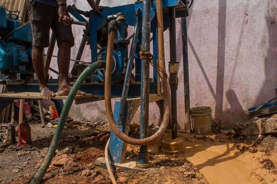 Drilling a bore-well and trying to locate the water table: The ground water table is also dry in most parts of the city. Thus the probability of getting water in the bore-wells is low in many areas. Photo by: Palani Kumar/PEP Collective.