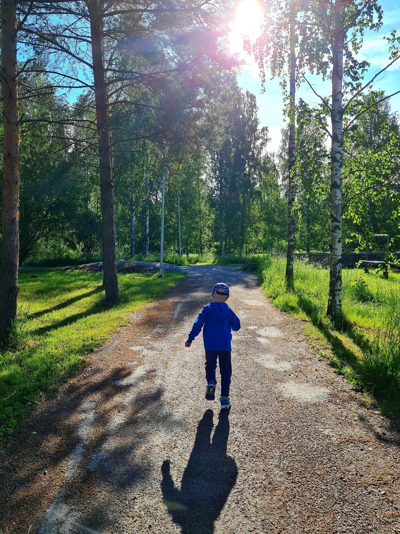 Armi Sarajärvi: Kirmaten kesäisiä kävelyreittejä ympäri Raisiota.
