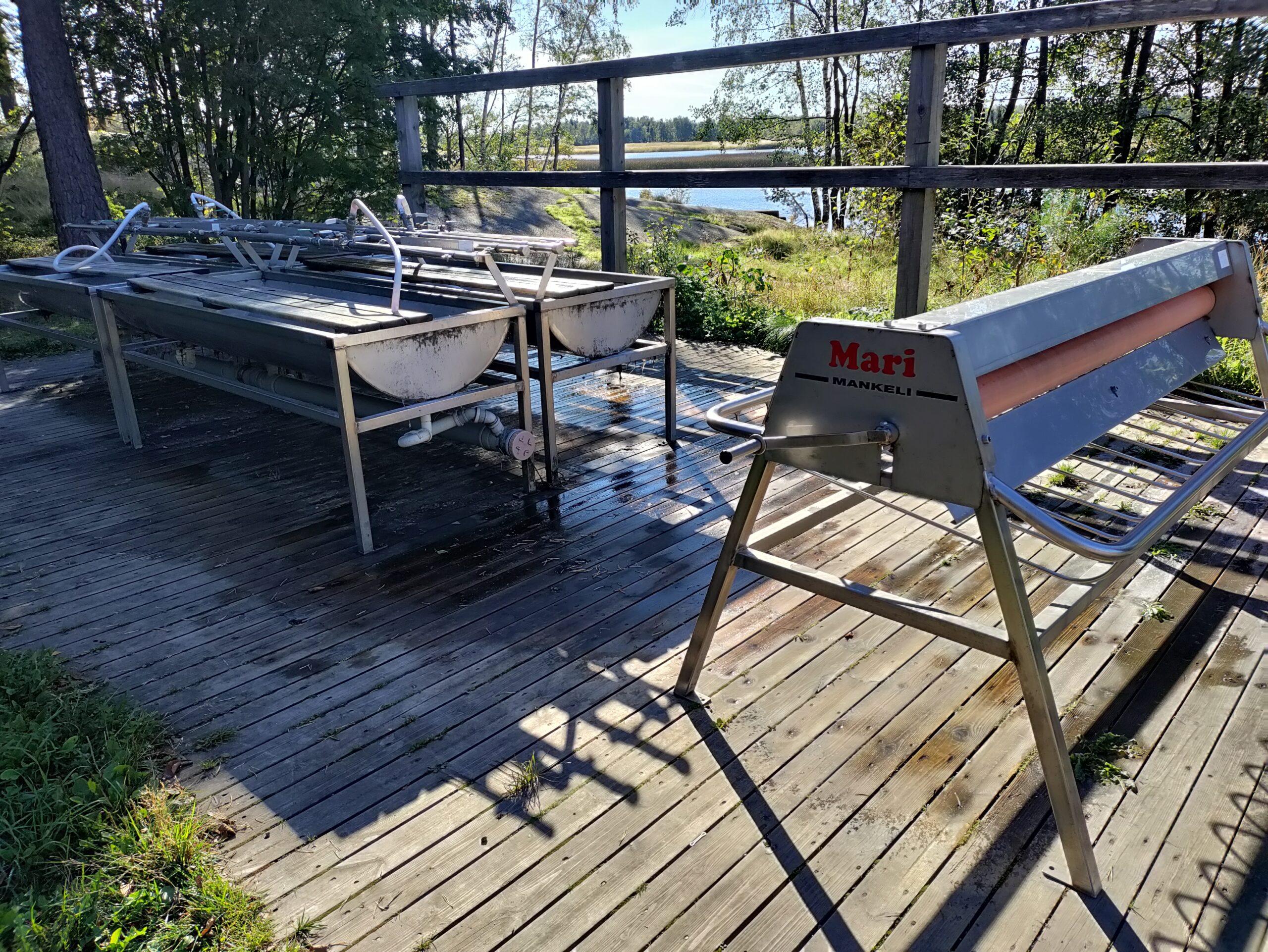 Kotkassa matonpesulaitureita on useita eri puolilla kaupunkia, mm. Mansikkalahdessa, Jokipuistossa ja Norssalmen sillan kupeessa. Ne ovat perinteisiä matonpesupaikkoja, mutta eivät ympäristöystävällisiä, sillä pesuvesi päätyy niistä suoraa mereen. Mäntysuovan keksi muuten kemisti-insinööri Alfons Hellström Enso-Gutzeitin tehtaalla Kotkassa vuonna 1913. Kaupungin alueella on myös kolme kuivanmaan matonpesupaikkaa, Metsolassa, Turvalassa sekä Suulisniemessä. Tässä kuvassa Metsolan pesupaikka syksyllä 2021.