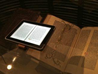 برقی کتاب کے سامنے کاغذی پیراہن والی کتاب