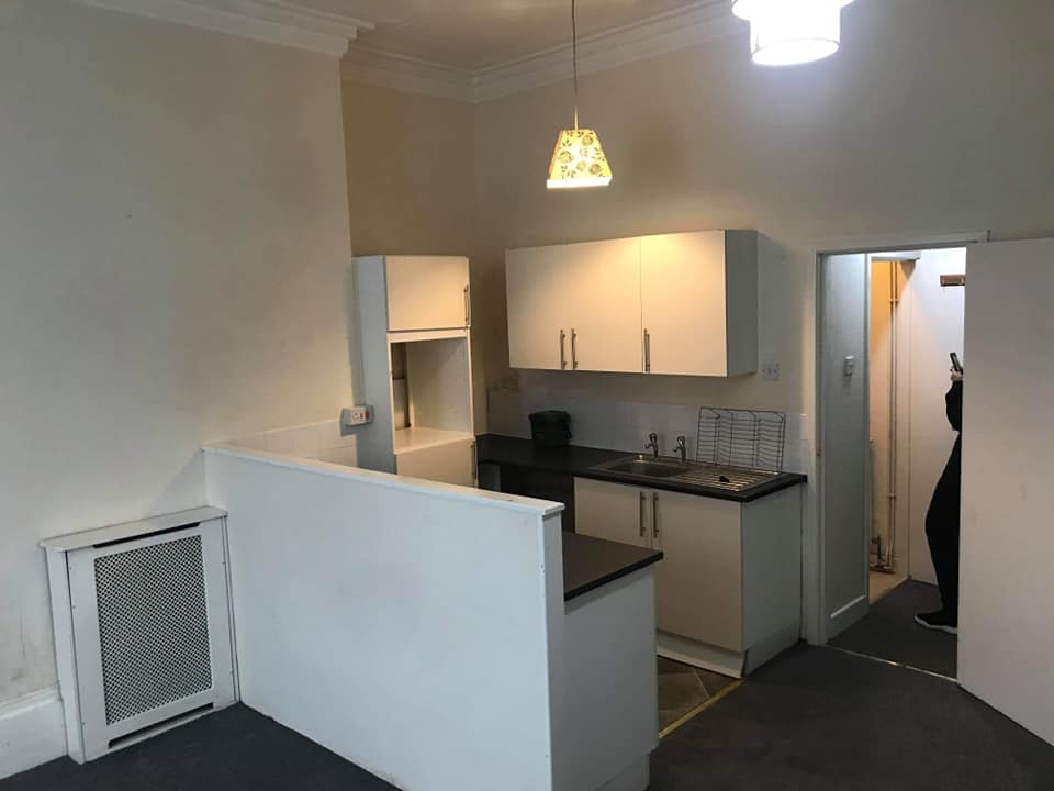 1 bed flat!! Located on beverley road, 5 mins walk to the city centre!! The flat comprises of a living room/kitchen, bathroom and large bedroom. £360 pcm.... please enquire for a viewing. The flat is currently undergoing slight decoration and deep clean but is available from today