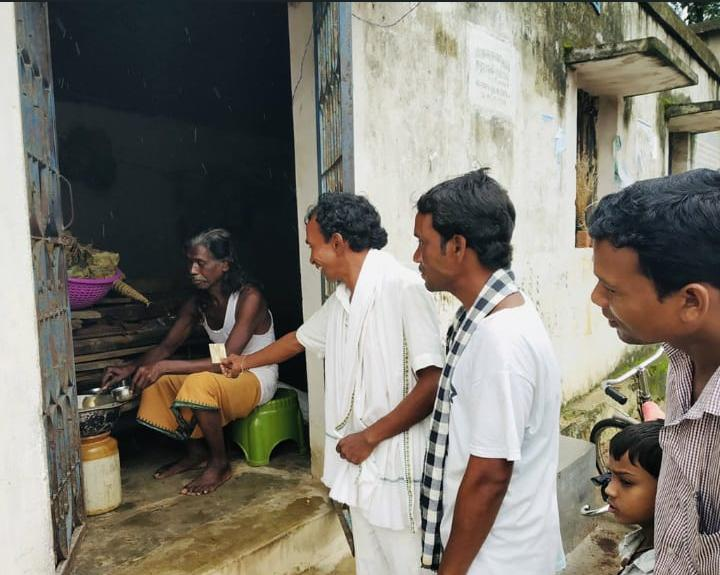 Padma Shree Haladhar Nag selling Raaga Chana