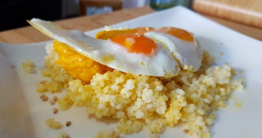 Paté de garbanzos y zanahoria al curry con mijo y huevos de codorniz