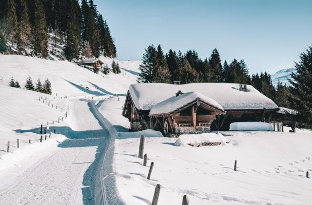 Πολύ χιόνι μπροστά στο σπίτι