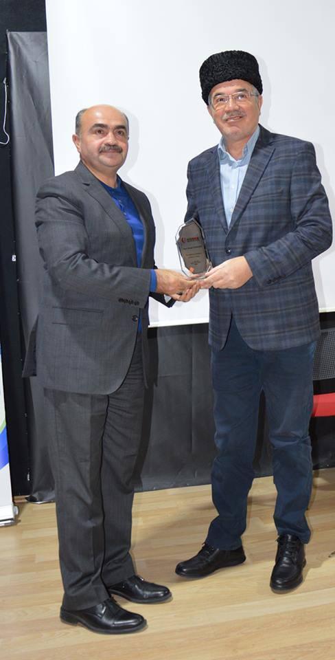 Necmettin Erbakan Üniversitesi Siyasal Bilgiler Fakültesi Dekanı ve HİSDER Başkanı Prof. Dr. Önder Kutlu, Dünya Kırım Tatar Dernek Başkanımız Sayın Mustafa Sarıkamış'a plaket takdimi