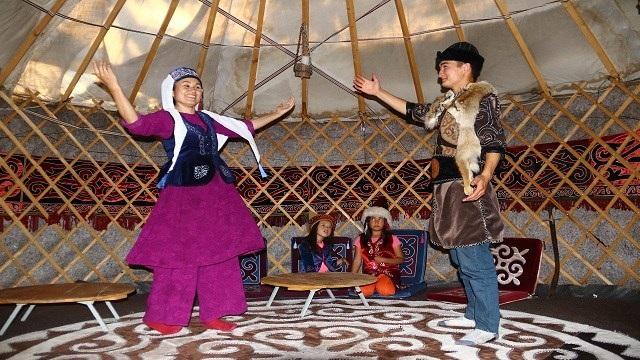 """Kırgız Türkleri çivi kullanmadan yaptıkları """"otağ""""ları yurt dışına gönderiyor"""