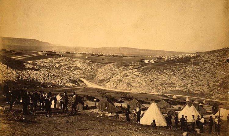 Dünyanın ilk savaş fotoğrafları 1855'te Kırım'daki Osmanlı – Rus Savaşı sırasında İngiliz fotoğrafçı Roger Fenton tarafından çekilmişti.