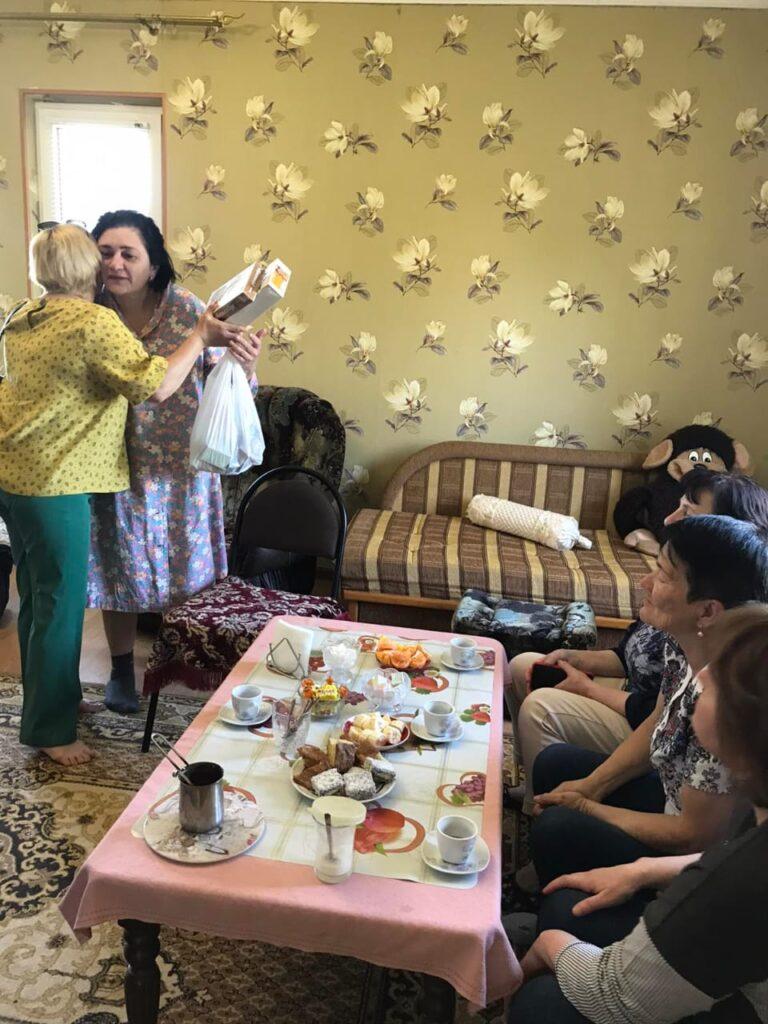 Dünya Kırım Tatar Derneği bayramda kartanay ve kartbabaylarımızı ellerinde kahve, çay ve bir kutu kurabiye ile gönüllerini hoşnut etmek üzere selamlarınızı iletiler.