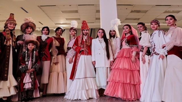 Kazak tasarımcılar, ülkede çok kullanılmayan eski yöresel kıyafetleri yeniden tasarlayarak modern hayata kazandırıyor.