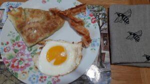 Mis scones escoceses, con beicon crujiente y un huevo frito