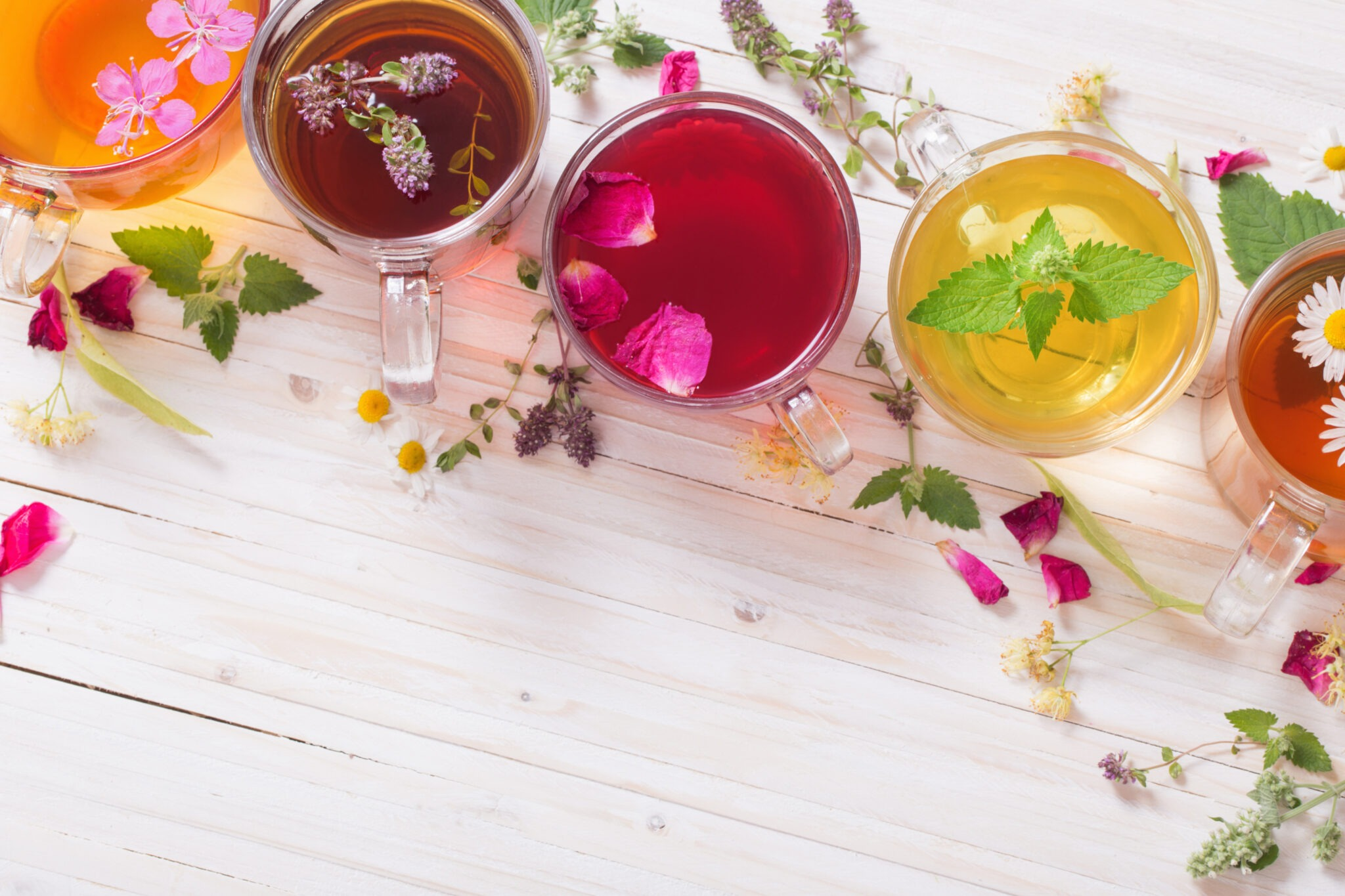 Benefits of herbal tea are Energy boosting, Relaxing, Provide antioxidants, Healthy heart, Pain Relieving, Caffeine free, Sleep-inducing