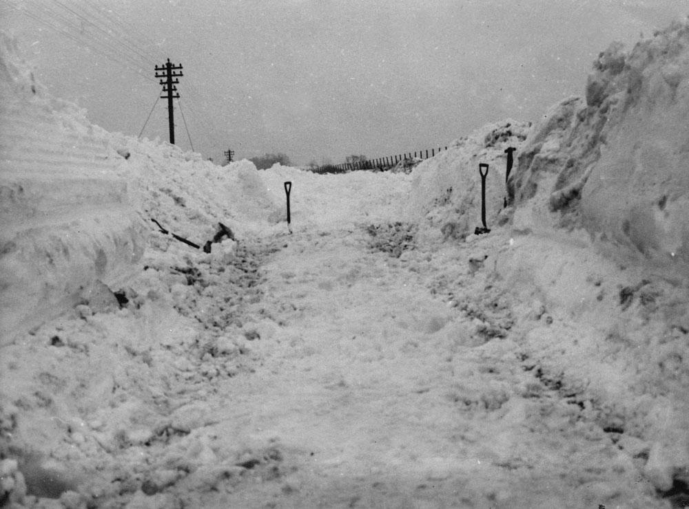 00251-station-snowed-in-1963 - Station Road & Ironworks