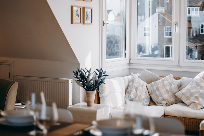 Dinner-table-&-lounge-area