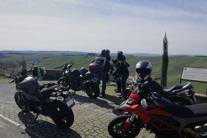 tour-moto-toscana-galleria-strada-2