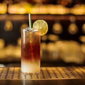 Dark-'n'-stormy-ricetta-cocktail-IBA-Coqtail-Milano
