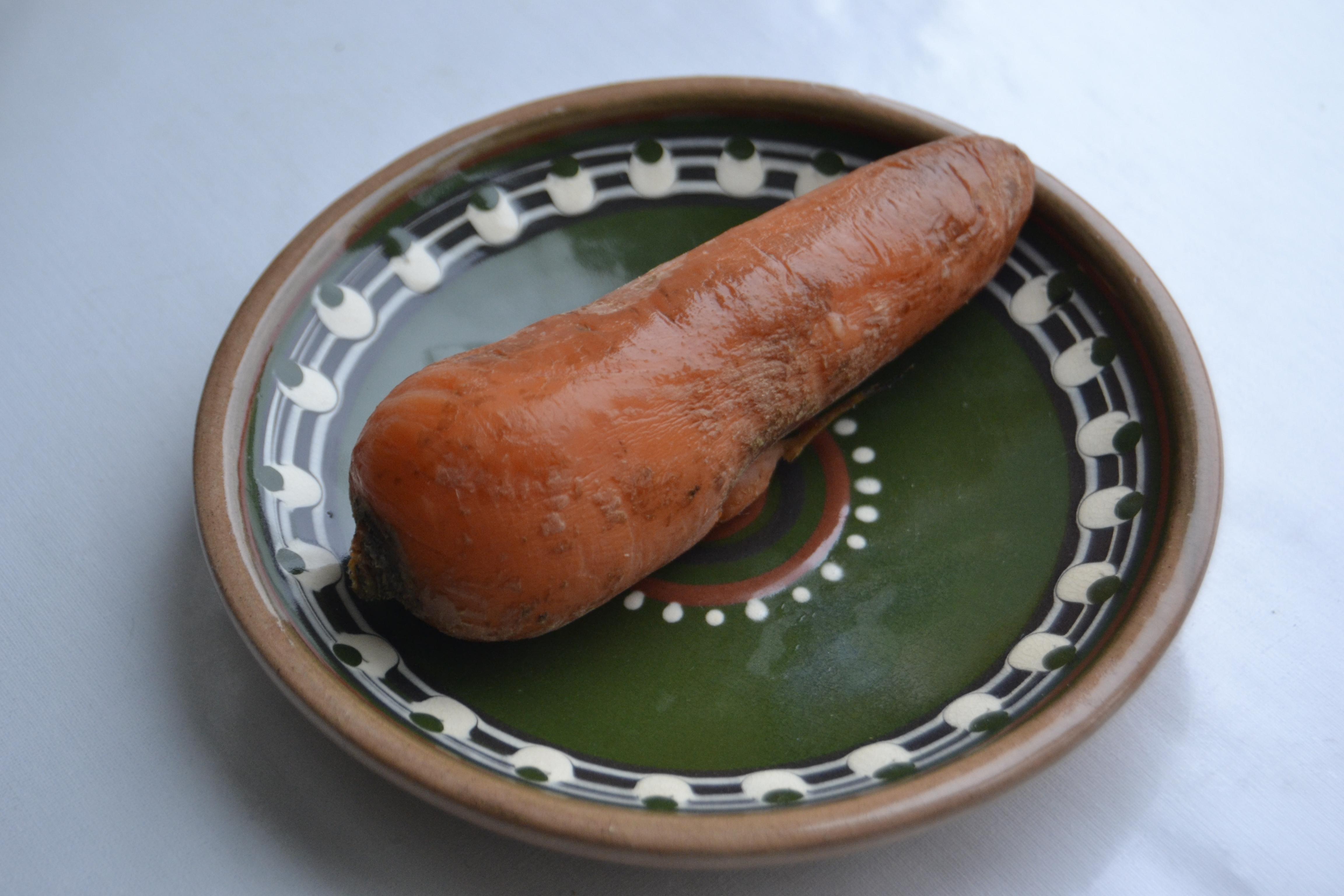 Для украшения нам понадобится вареная морковка. Отправляем сразу небольшой кусочек морковки в кастрюльке с водой на печку.
