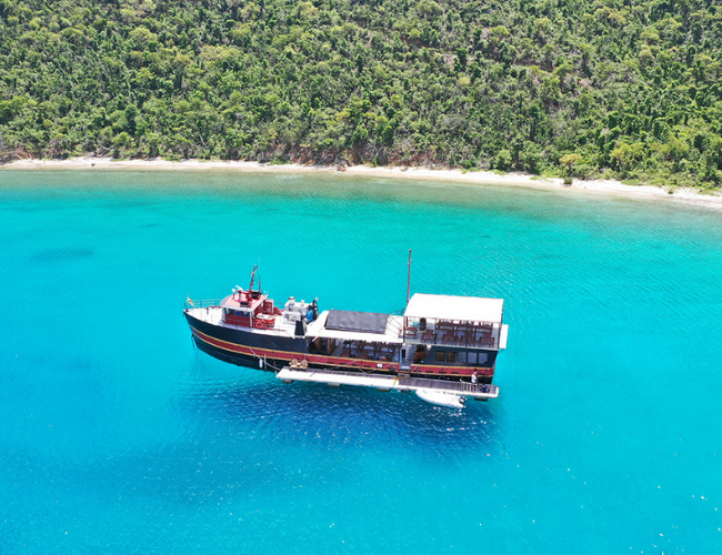 Willy T, A Legendary Floating Bar In The Bight Bay, Norman Island.