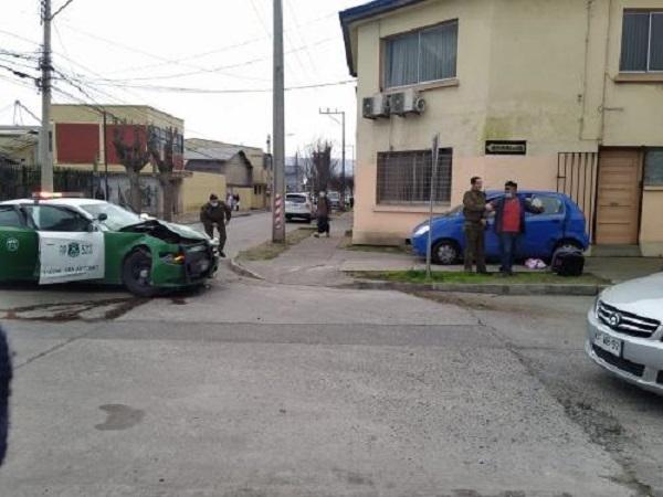 Conductor que iba contra el transito colisionó con vehículo policial