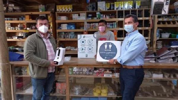 Entregan kits sanitarios a comerciantes de Santo Domingo