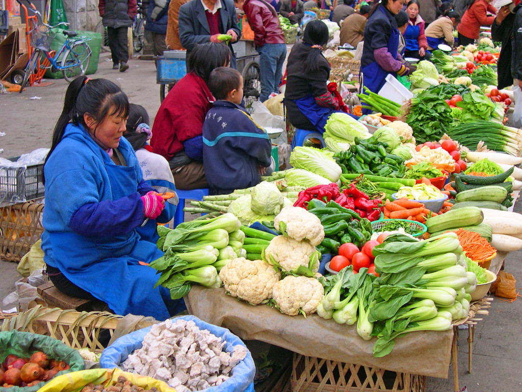 shutterstock_136681019 women selling vegetables tibet