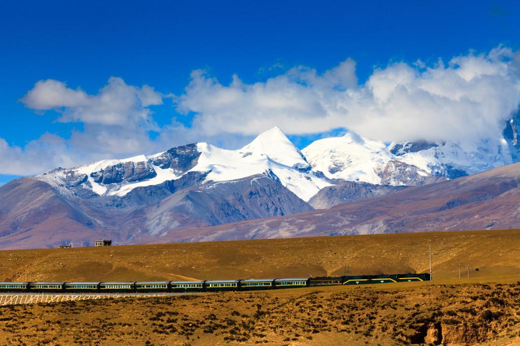 shutterstock_140478940 tibet qinghai-tibet railway