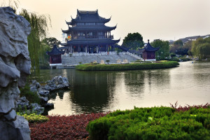 shutterstock_68789530 ancient chinese hall, lake suzhou, jiangsu