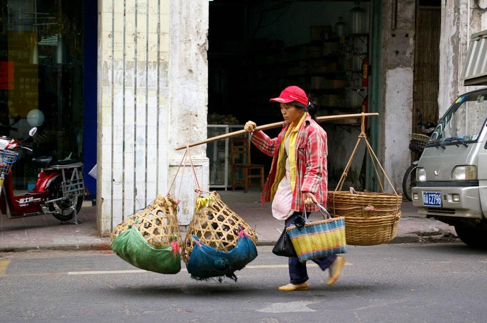 shutterstock_59008078 Hainan, A hawker along a street in Haikou, Hainan