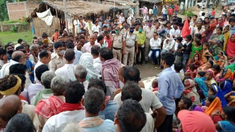 मुआवजे को ले ग्रामीणों ने शव को सड़क पर रख किया जाम