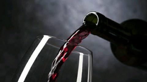 शराब बेचने से इनकार करने पर पिता-पुत्र को पीटा