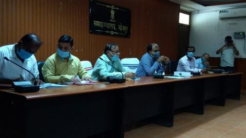 डीएम रोशन कुशवाहा ने कोविड-19 के संबध में की बैठक