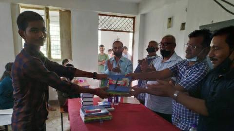 बिहिया बीडीओ प्रफुल्ल चन्द्र प्रकाश ने मैट्रिक के सफल छात्र-छात्राओं को सम्मानित किया