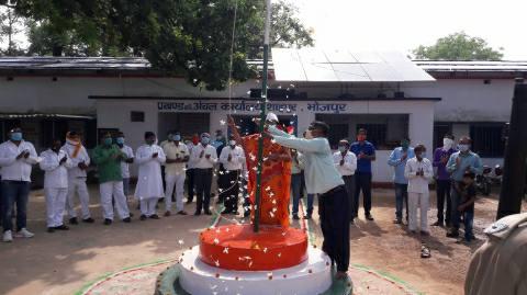 जश्न ए आजादी: शाहपुर प्रखंड में सादगी से लहराया तिरंगा झंडा