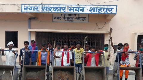 सफाई कर्मियों ने शाहपुर नगर पंचायत के मुख्य द्वार के समक्ष प्रदर्शन किया
