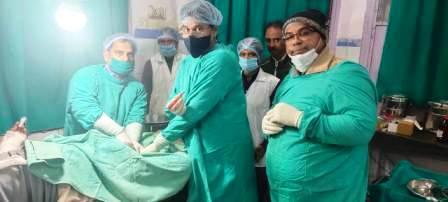 Madanpur - Doctor Vikas operated injured mukhiya
