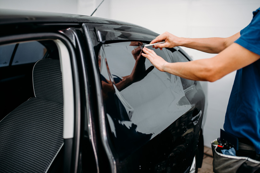 male-auto-wrapper-with-blade-car-tinting-film-PKQVC2N