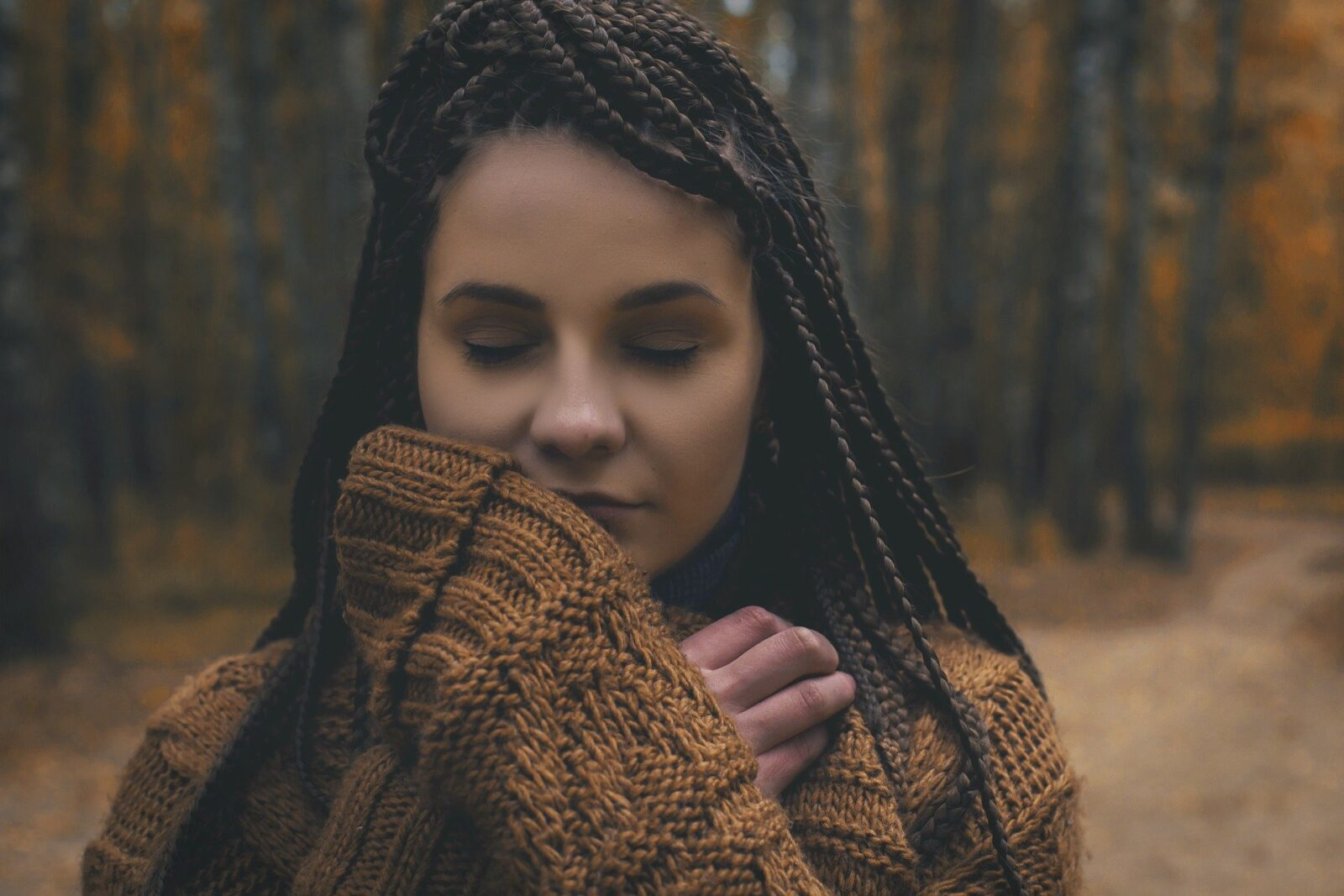 woman-cozy-comforting-fall-forest