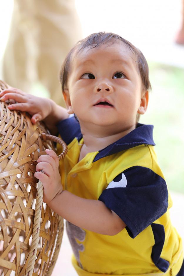 Na foto uma criança com estrabismo