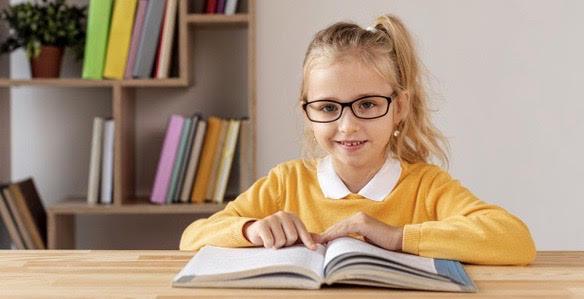 Criança utilizando óculos