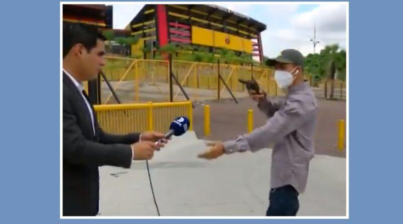 Dame el teléfono robo periodista TV Ecuador