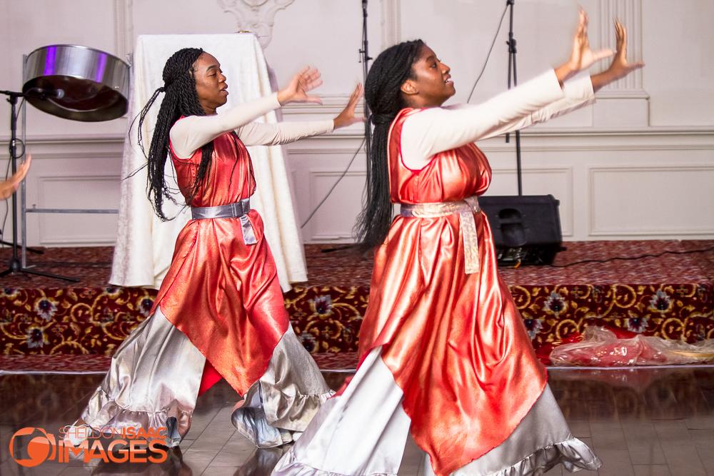 2 women dance performance