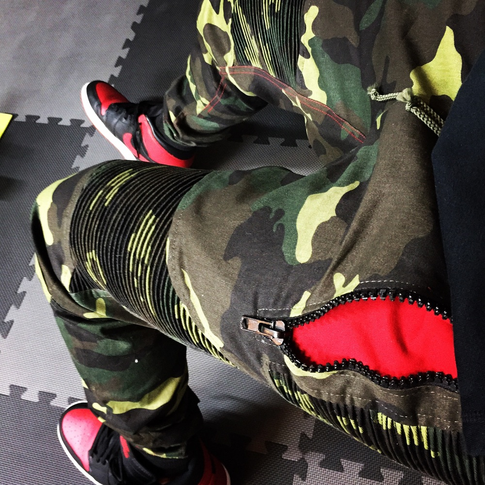 PREMIUM FEELGOOD JOGGERS – CAMO / RED