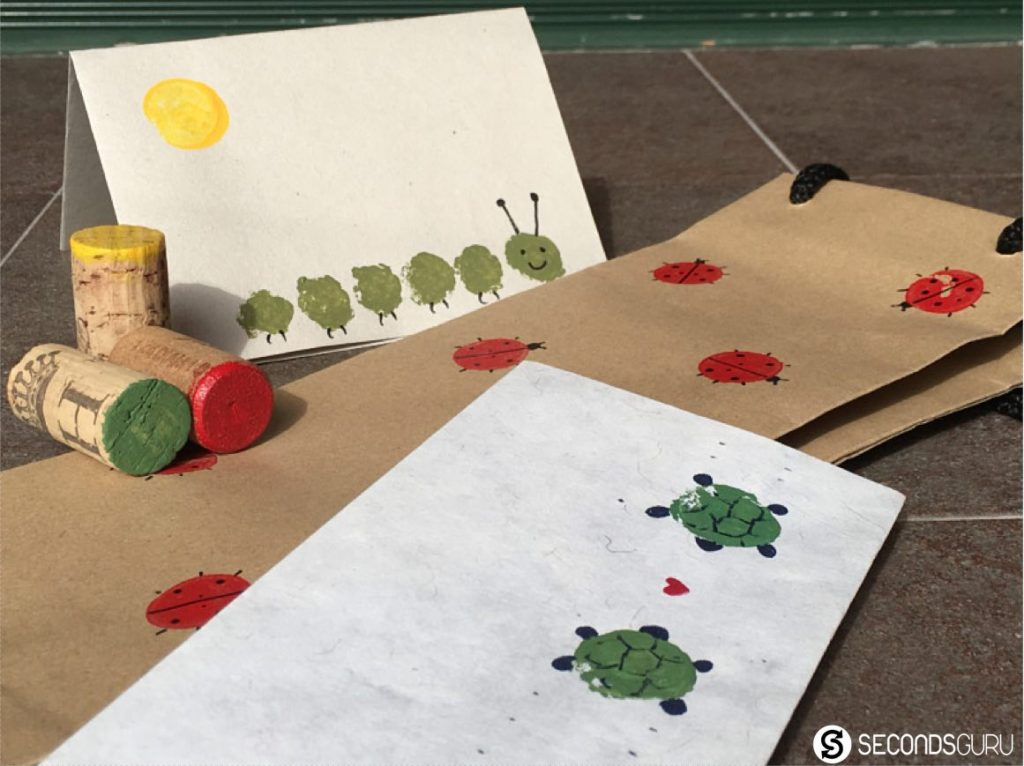 Turn wine corks into child's play this summer break! Create stamps for paintings / wrapping papers and greeting cards with your kids in this craft activity. [More ideas in the link!]